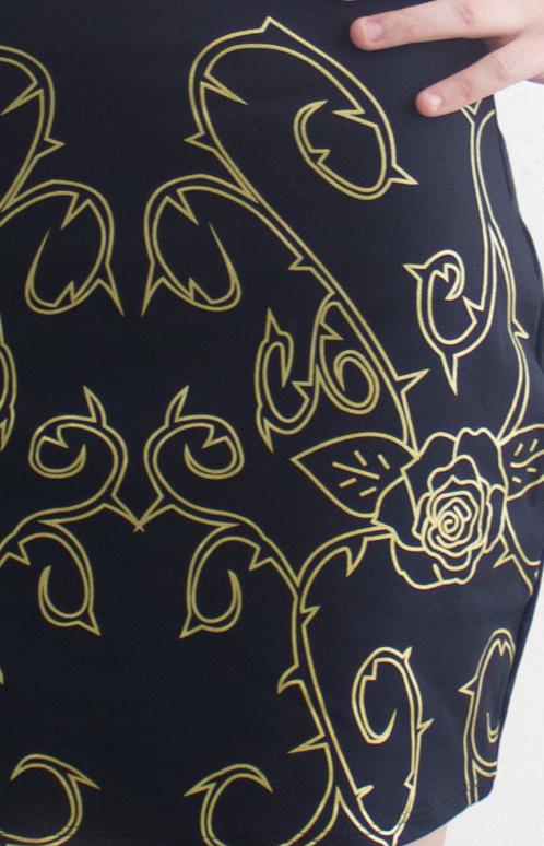 """Estampa da saia, """"Roses and thorns"""".  Em silk dourado."""