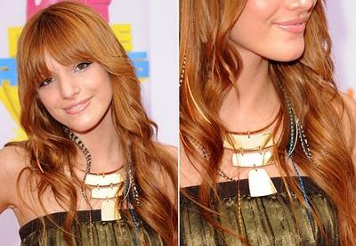 bella-thorne-famosas-cabelo-pena-no-hair-moda-tendencia-enfeite-estilo-moderno-jovem-diferente-novidades-fio-fina-comprida-meio-adereço-enfeite-acessorio-complemento